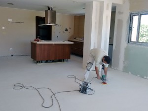 Obras de ampliación de cocina. Puliendo el suelo